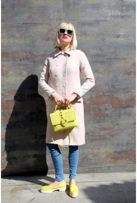 Пальто рожевого кольору з ґудзиками